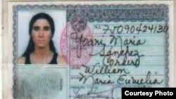 """Carnet de Identidad de Yoani Sánchez, con los datos manuscritos. En un formato anterior tipo pasaporte a los ex presos políticos les ponían el cuño """"CR"""", contrarrevolucionarios."""