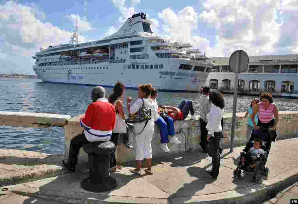 Cubanos le toman fotos al buque Gemini, de la compañía española Happy Cruises. EFE