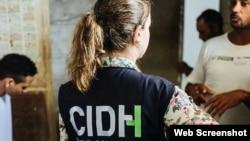 Una integrante de la CIDH en una de las visitas a países de la región.