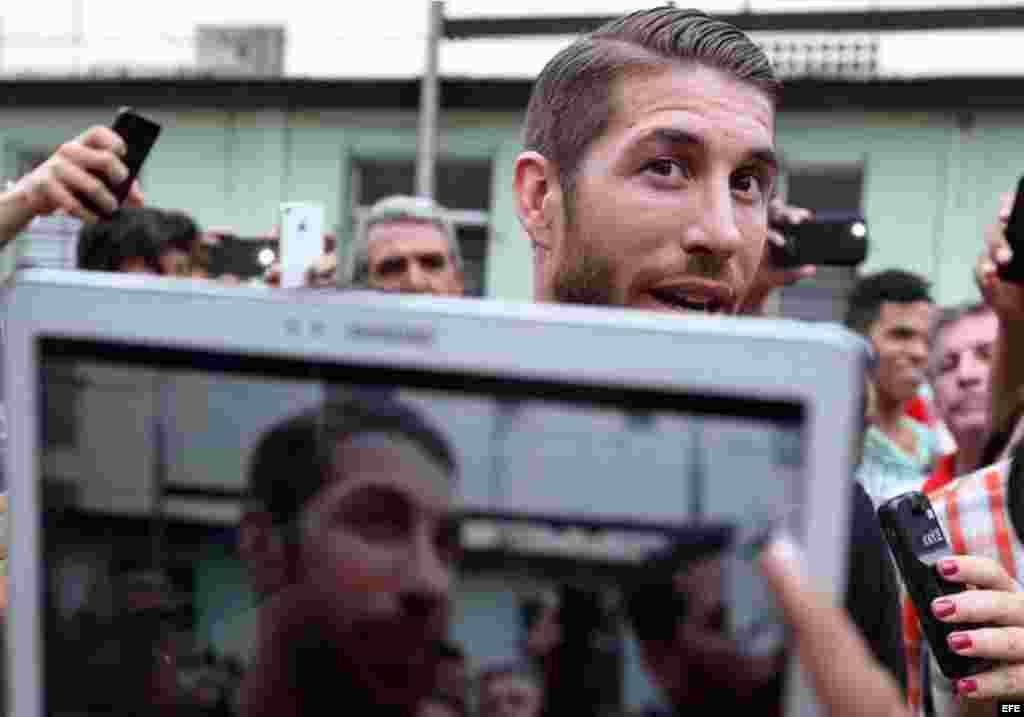 Los aficionados cubanos quieren estar cerca del futbolista Sergio Ramos y hasta tomarle una foto.