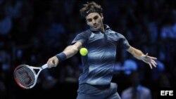 El tenista suizo Roger Federer devuelve una bola al francés Richard Gasquet, en su segundo partido de la fase de grupos de la Copa de Maestros, que se disputa en el pabellón O2 Arena de Londres, Reino Unido.