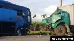 El choque entre un ómnibus Yutong y un camión de Azumat en el kilómetro 423 de la Carretera Central, en las cercanías de Jatibonico.