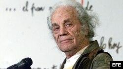 Fotografía del 8 de agosto de 2001 que muestra al poeta chileno Nicanor Parra. ,