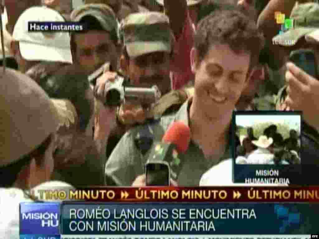 El periodista francés Roméo Langlois en el momento de su liberación, el miércoles 30 de mayo de 2012, en San Isidro, una remota aldea del sureño departamento colombiano de Caquetá. Langlois cayó en manos de las FARC el 28 de abril.