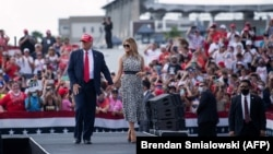 Donald Trump y Melania Trump, al finalizar el acto de campaña en Tampa, Florida.