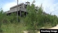 Vista desde el camino real, del Hospital Materno Infantil de Bayamo, una construcción inciada en 1983 y abandonada hasta ahora.
