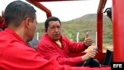 Archivo - El entonces presidente Hugo Chávez (d), acompañado por el entonces gobernador del estado Aragua, Rafael Isea (I)