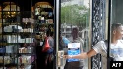 Cubanos en el interior de una tienda en La Habana.