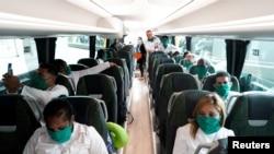 Los médicos cubanos viajaron de La Habana a Madrid y de ahí en autobús hasta Andorra. REUTERS/Juan Medina