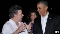 Fotografía cedida por la presidencia de Colombia del Presidente de Estados Unidos, Barack Obama (d), conversando con su homólogo de Colombia, Juan Manuel Santos (i), durante la cena ofrecida en el castillo de San Felipe a los presidentes de la VI Cumbre d