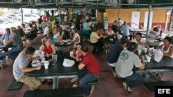 """Cubanos en """"El Palacio de los Jugos"""" de Miami, Florida."""