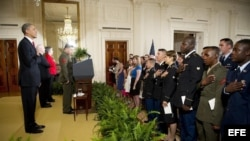 Ceremonia de naturalización de una decena de hispanos miembros activos de las fuerzas armadas estadounidenses.