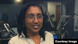 Yaremis Flores en los estudios de Radio Marti.