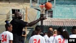 Shaquille O'Neal, quien jugó durante 19 temporadas en distintos equipos de la NBA, participa en un taller en La Habana con niños y jóvenes jugadores de baloncesto.