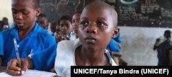 Un niño sentado en su escritorio en una escuela primaria gubernamental apoyada por UNICEF, en Douala, Camerún. Foto: UNICEF/Tanya Bindra.