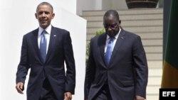 El presidente de Estados Unidos, Barack Obama (i), y el presidente de Senegal, Mack Sall (d), se dirigen a una rueda de prensa conjunta ofrecida en la residencia presidencial en Dakar (Senegal), hoy, jueves 27 de junio de 2013.