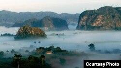 La vega se pierde en sus gasas de nieblas azules (Teófilo Radillo). Valle de Viñales, Cuba.