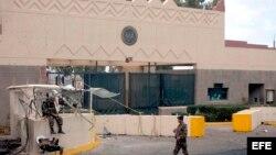Archivo - Soldados yemeníes haciendo guardia frente a la entrada principal de la Embajada de los Estados Unidos en Sana, la capital de Yemen.