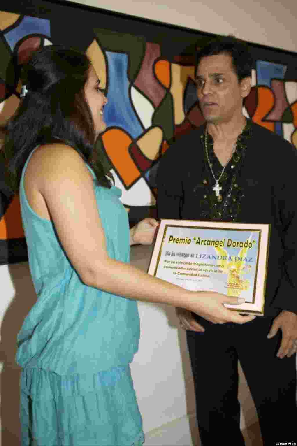 Rolando Baute, el Psíquico de las Estrellas, entrega a Lizandra el Premio Arcángel Dorado.
