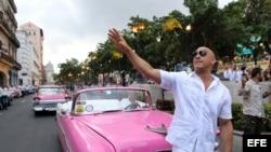 El actor estadounidense Vin Diesel saluda a admiradores en Cuba.