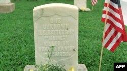 Tumba en Cayo Hueso de uno de los marinos que perecieron en la explosión del buque Maine, en Cuba, el 15 de febrero de 1898.