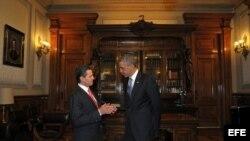 Fotografía cedida por Presidencia de México del mandatario de ese país, Enrique Peña Nieto (i), conversando con el presidente de Estados Unidos, Barack Obama (d), hoy, jueves 2 de mayo de 2013
