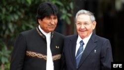 Evo Morales (i), y Raúl Castro (d).