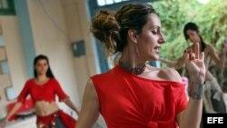La bailarina española Sara Guirado imparte un taller con alumnas cubanas en La Habana.