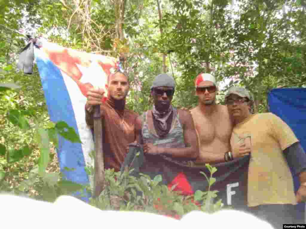 Justo Tamayo, Alexander Rondón, Fernando Vega y Rafael Rojas, integrantes de la UFLF, Detenidos en Unidad de Operaciones, Pedernales, Holguín. Cortesía Juannier R. Matos.