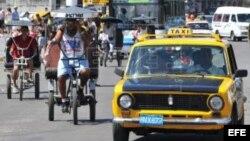Mientras algunas personas se movilizan por las calles de La Habana en Bicitaxis (i) los taxistas intentan recuperar el terreno perdido...