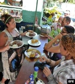 Varias personas esperan para ser atendidas en una cafetería privada en La Habana.