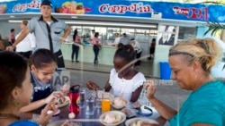 En la popular y reciente renovada heladería cubana, Coppelia, falta helado; y la crisis en Puerto Rico tras el escándalo de chat del gobernador Ricardo Rosselló