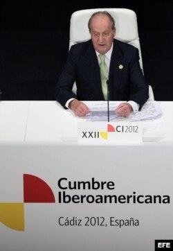 El rey don Juan Carlos, durante el discurso que pronunió en la inauguración de la XXII Cumbre de Jefes de Estado de Gobierno en un acto celebrado esta tarde en el Teatro Falla de Cádiz.