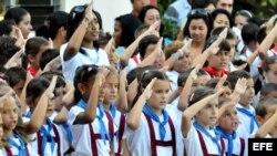 Estudiantes saludan la bandera y cantan el himno nacional
