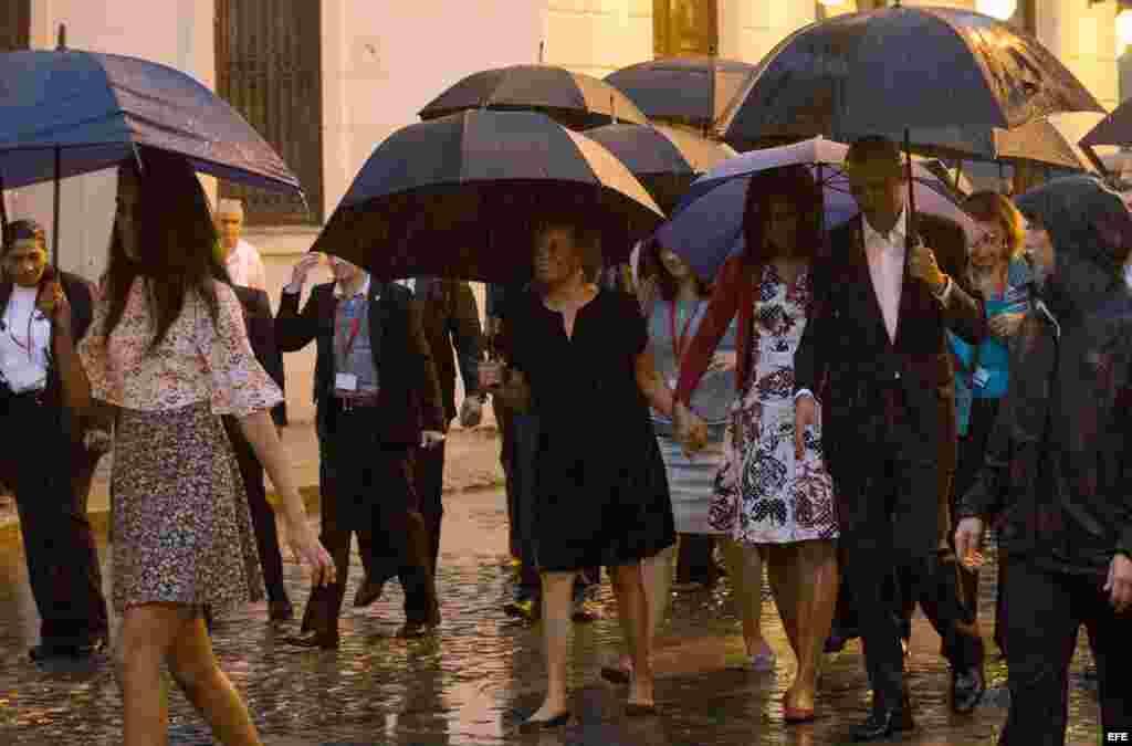 Obama junto a su esposa Michelle y sus hijas Sasha y Malia, visitaron La Habana Vieja, el centro histórico de la capital de Cuba, un paseo que tuvieron que realizar protegidos por paraguas debido a la lluvia que les ha recibido en la ciudad.