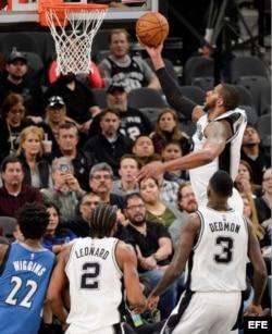 LaMarcus Aldridge, de Spurs, encesta durante su partido contra Toronto.