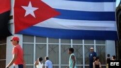 Carteles, banderas e imágenes en las calles cubanas.