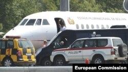 El presidente boliviano, Evo Morales, mientras abordaba el avión presidencial Falcon 900 EX en una de las pistas del aeropuerto de Viena (Austria).