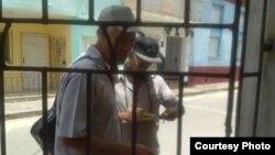 Inspectores de la campaña antivectorial realizan su trabajo. (Foto de Facebook de Ana Iris Miranda).