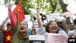 Manifestantes protestan en contra de China durante una protesta en Hanoi (Vietnam) el pasado 11 de mayo de 2014.