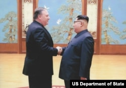 Fotos del encuentro del Secretario de Estado Mike Pompeo y el dictador coreano Kim Jonh-un
