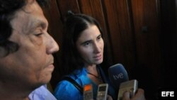 El periodista y bloguero Reinaldo Escobar junto a su esposa, la bloguera Yoani Sánchez.