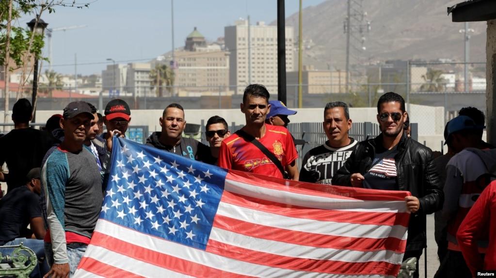 Cubanos a la espera de recibir asilo en EEUU posan en Ciudad Juárez, el 29 de marzo.
