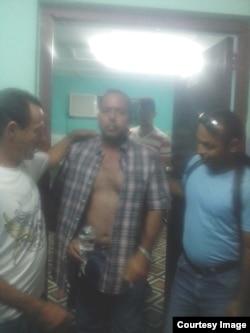 Imagen que muestra el momento en que el doctor Arnoldo de la Cruz fue expulsado de cuidados intensivos.