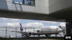 Un avión de la compañía Aeroflot permanece en el aeropuerto de Sheremetievo en Moscú (Rusia).