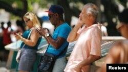 Cubanos conectados a Internet desde un punto Wi-Fi en La Habana. (Archivo)