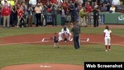 El niño Maverick Shcutte lanza la bola a Big Papi.