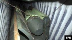 Cabeza de misil dentro de un contenedor del barco norcoreano Chong Chon Gang.