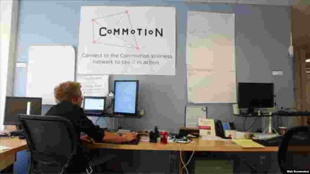 """Según el sitio web, commotionwireless.net, """"Commotion es un conjunto de herramientas de comunicación de código abierto que utiliza teléfonos móviles, ordenadores y otros dispositivos inalámbricos para crear redes de malla descentralizados y servicios locales compartidos."""""""