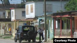 Policía arresta a la Dama de Blanco Caridad Burunate camino a la iglesia en Colón, Matanzas (Iván Hernández Carrillo).
